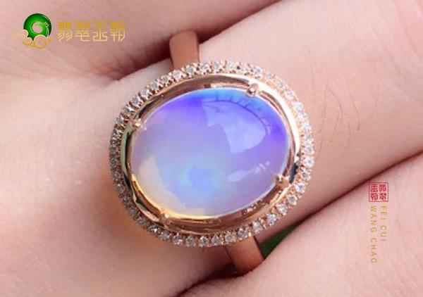 天然欧泊戒指是一种美丽又珍贵的珠宝
