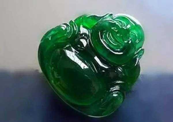 市场上出现的危料和永楚料满绿翡翠玉佛是什么?