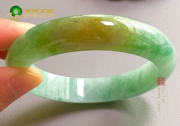 糯冰种黄加绿翡翠平安镯的三个选购挑选技巧