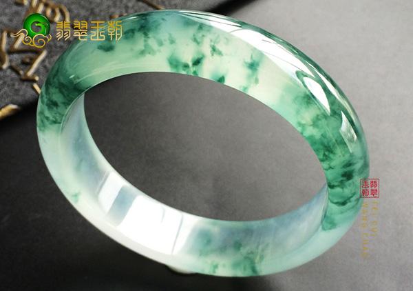 白冰种飘绿翡翠平安镯是有品位女性的绝佳首饰