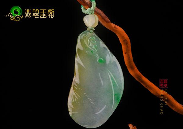 黄加绿翡翠凤凰挂件佩戴最适合的4种人群,行政人员最适合