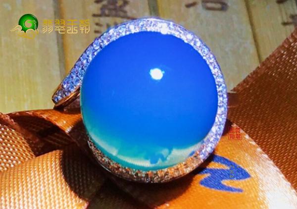 蓝珀不是蓝色!正确认知蓝珀圆珠戒指的颜色