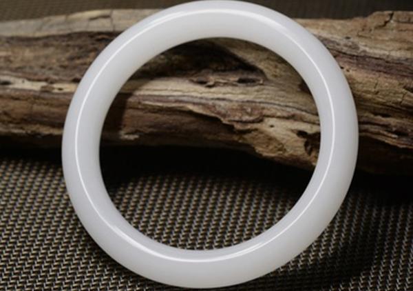 和田羊脂玉福玉镯挑选5方面小技巧,要注意是否是白玉替代的