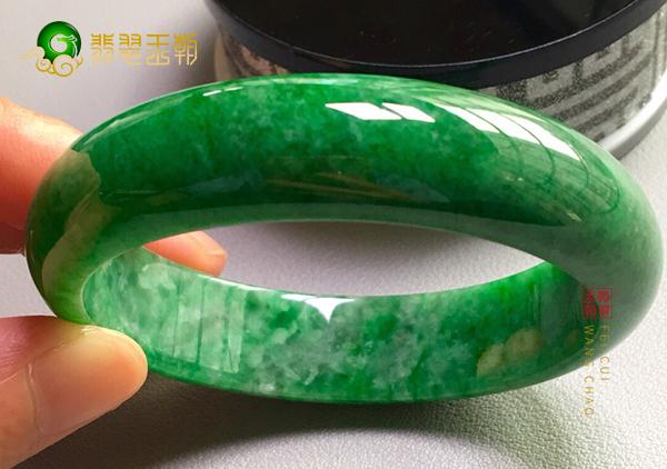 糯冰种满绿翡翠手镯价格贵吗?多少钱可以买到