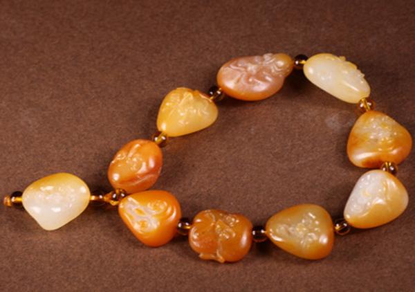 和田玉黄沁料珠串挑选技巧,尤其要注意染色的黄沁料