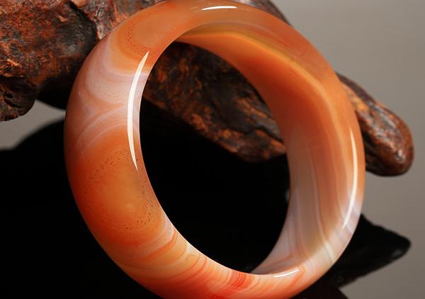玛瑙手镯的真假3招教你快速鉴别,注意玛瑙温度以及色彩