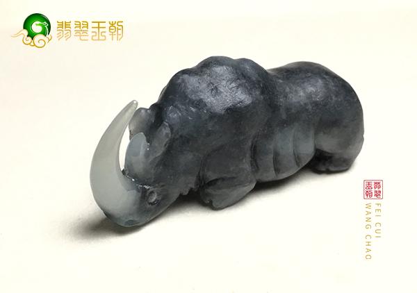 乌鸡种翡翠犀牛挂件的创作特色和收藏价值