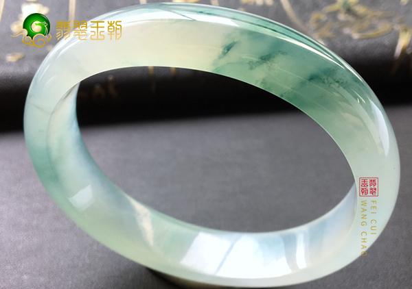 细糯种翡翠手镯根据颜色分布状况可划分为三种