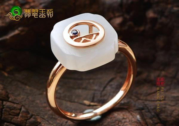 和田玉戒指自己佩戴或赠送长辈的灵性保平安聚财的好处