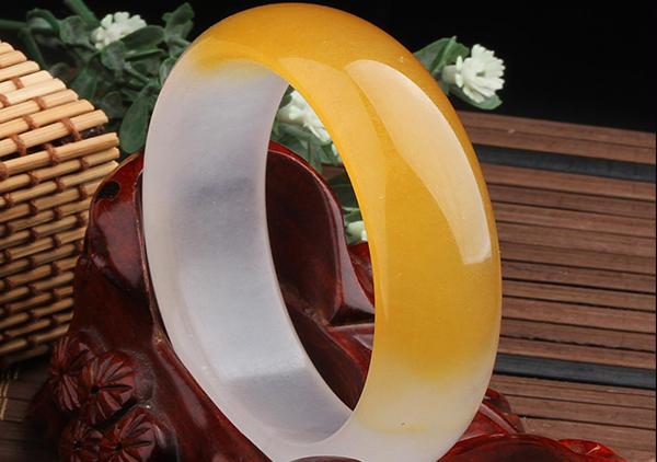 金丝玉玛瑙手镯多少钱一只,选购时要注其色彩