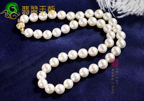 白珍珠项链在服饰上搭配要依据服饰颜色领口款式搭配