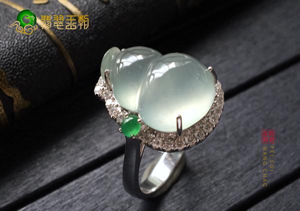 冰种晴水翡翠戒指适合用哪种颜色的K金搭配镶嵌