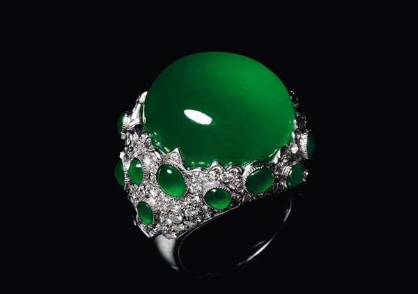 帝王绿翡翠戒指与天然祖母绿宝石戒指价格对比