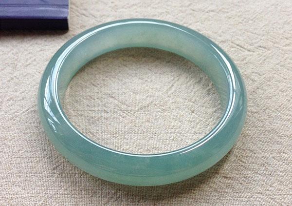 冰种蓝水翡翠手镯是一种很有收藏价值的翡翠