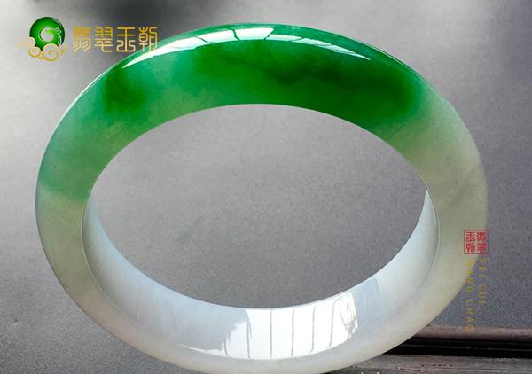 糯冰种阳绿翡翠玉手镯挑选时到底是看些什么
