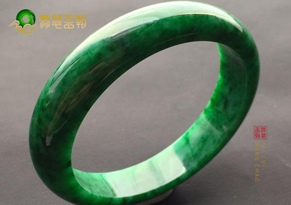 浓绿干青种翡翠手镯价值不高与哪些因素有关