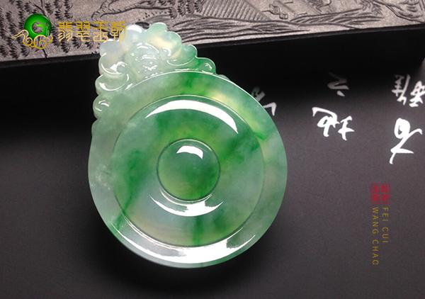 糯冰种飘绿翡翠玉雕福贝挂件的常见的雕刻技巧