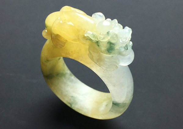糯冰种黄加绿翡翠戒指选购要先鉴别翡翠的真假