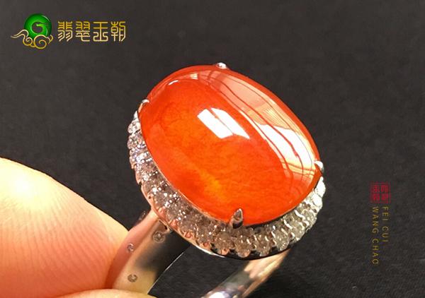 冰种红翡镶嵌戒指的价格和绿色翡翠是一样的吗