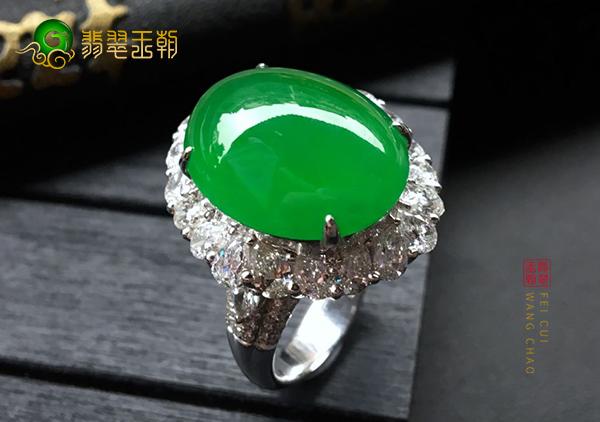 冰种阳绿翡翠镶嵌蛋面戒指怎么从透明度看价值