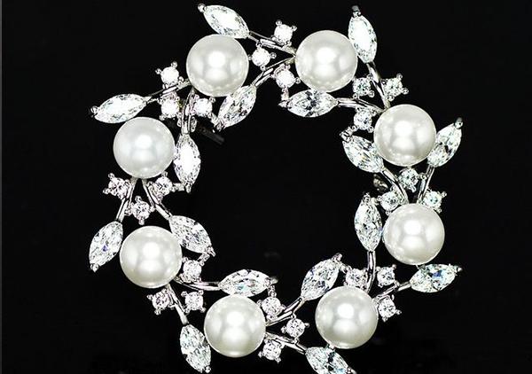 珍珠胸针佩戴不同位置上的讲究以及搭配效果