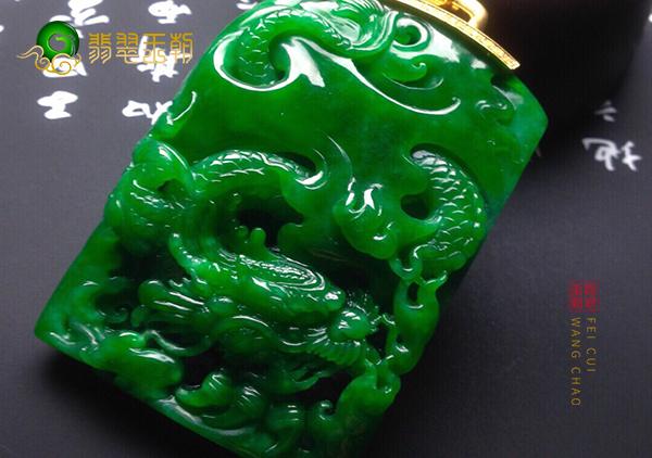 糯冰种浓绿翡翠玉雕龙牌挂件的种对翡翠的影响