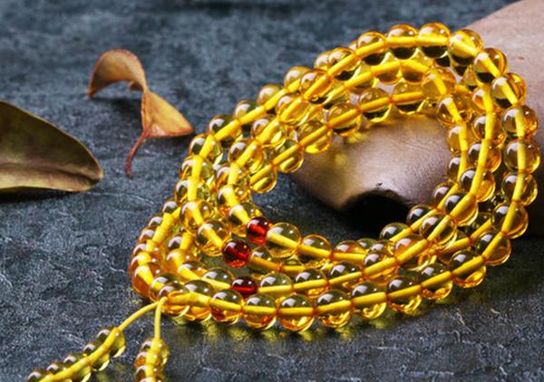 金珀珠串佩戴具有招财辟邪杀菌消毒等方面的功效