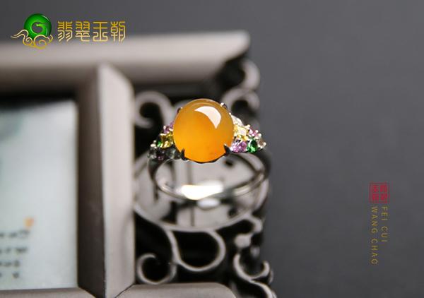 冰种黄翡镶嵌戒指可根据苍蝇翅的特点辨别真假