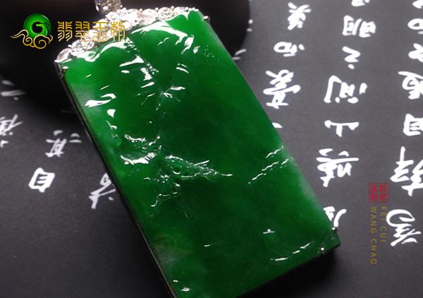 糯冰种浓绿翡翠山水牌挂件常见的两个特点