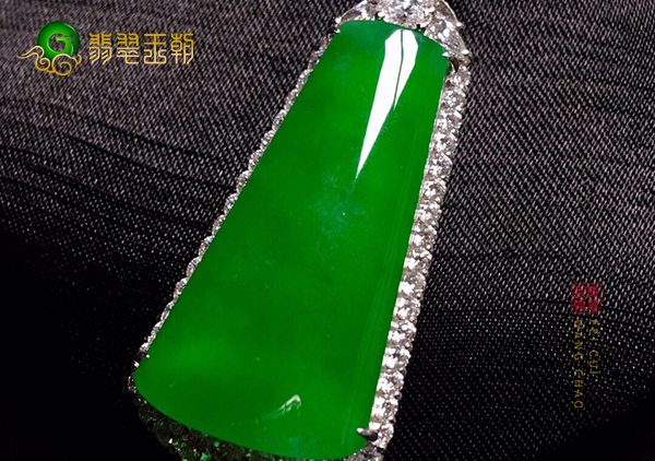 冰种阳绿翡翠和和田玉无事牌挂件谁更有收藏价值