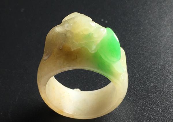 糯冰种黄加绿翡翠玉扳指品级对收藏价值的影响