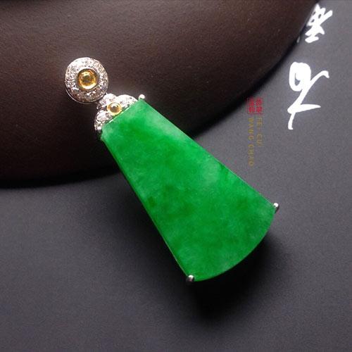糯冰种满绿翡翠平安无事牌挂件适合哪些人佩戴