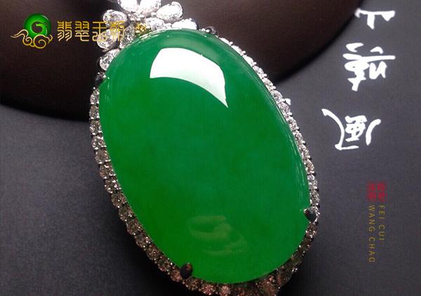 冰种阳绿翡翠蛋面镶嵌胸坠怎么佩戴更好看