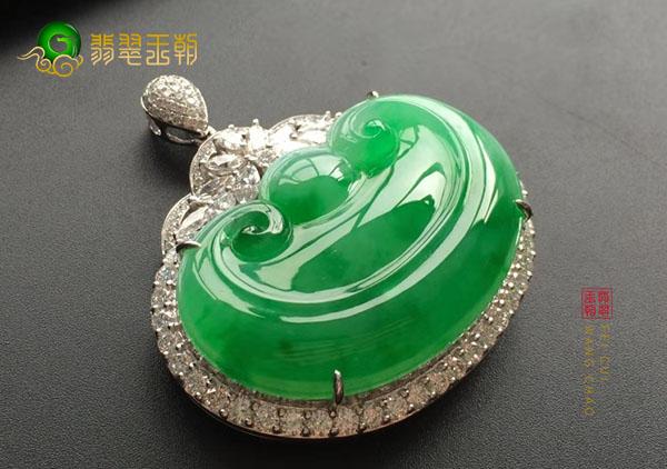 冰种翠绿色翡翠镶嵌如意吊坠用金镶好还是银镶好