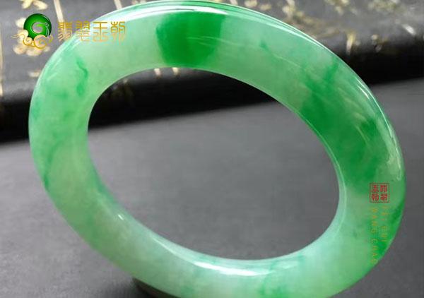 糯冰种飘阳绿翡翠手镯的好坏如何根据颜色判断