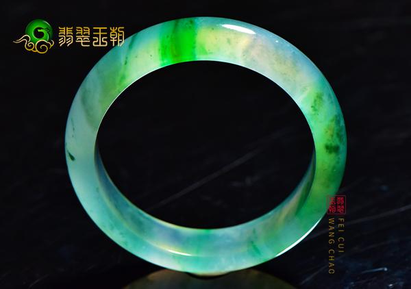 买飘绿翡翠手镯的正确姿势与购买手镯的价位