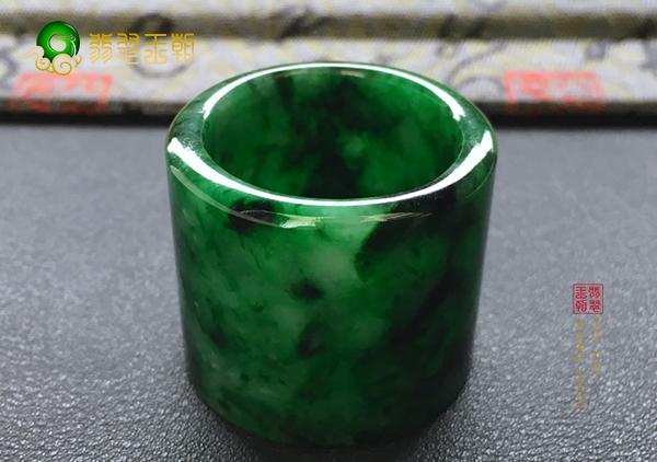 糯冰种藓加绿翡翠玉扳指只有地位尊贵的人才戴?