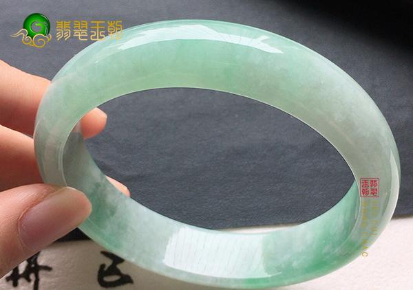 细糯种浅绿翡翠手镯长期佩戴会越来越通透