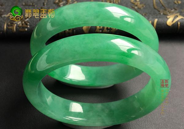 糯冰种翠绿色翡翠手镯怎么样才能算满绿翡翠
