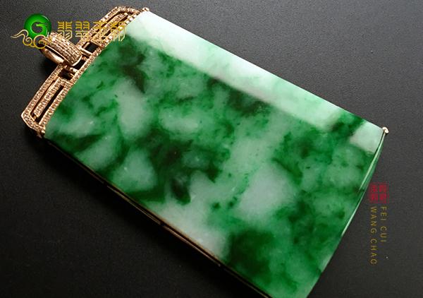 糯冰种藓加绿翡翠无事牌吊坠癣与绿之间的关系