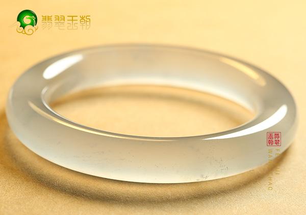 白色翡翠手镯价格多少钱?白色翡翠品质好吗?