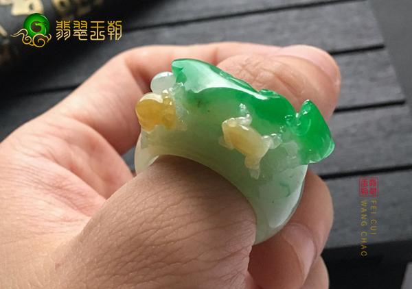 糯冰种黄加绿翡翠戒指收藏必须知道的小技巧