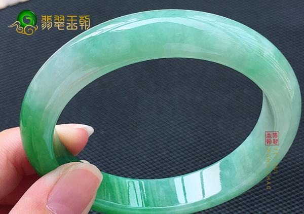 糯冰种阳绿翡翠平安镯为什么圈口越大价格越高