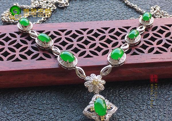 冰种满绿翡翠镶嵌项链是封底好还是不封好