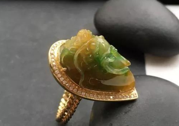 糯冰种黄加绿翡翠戒指未来的涨值空间大吗