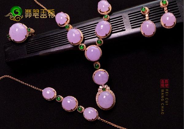 女性佩戴整套翡翠首饰会先更雍容华贵光彩耀人