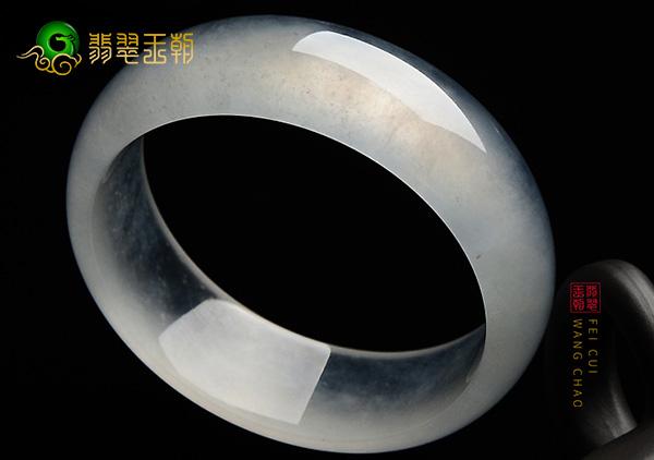 玻璃种翡翠手镯是玉镯中比较高档的它的特征哪些?