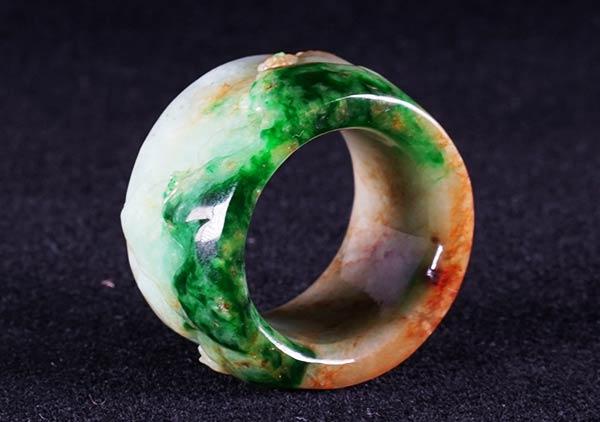 糯冰种黄加绿翡翠戒指中棉絮对种水颜色的影响