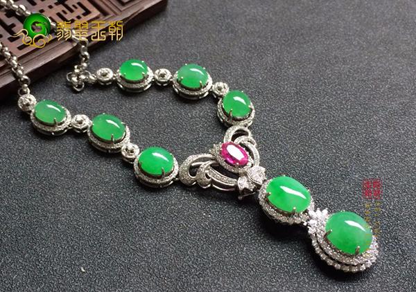 细糯种满绿翡翠蛋面镶嵌项链的款式及搭配技巧