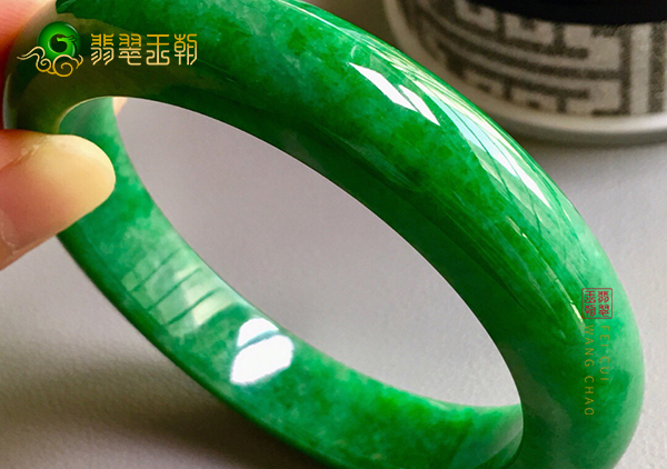 细糯种浓绿翡翠手镯老年人适合佩戴什么样的